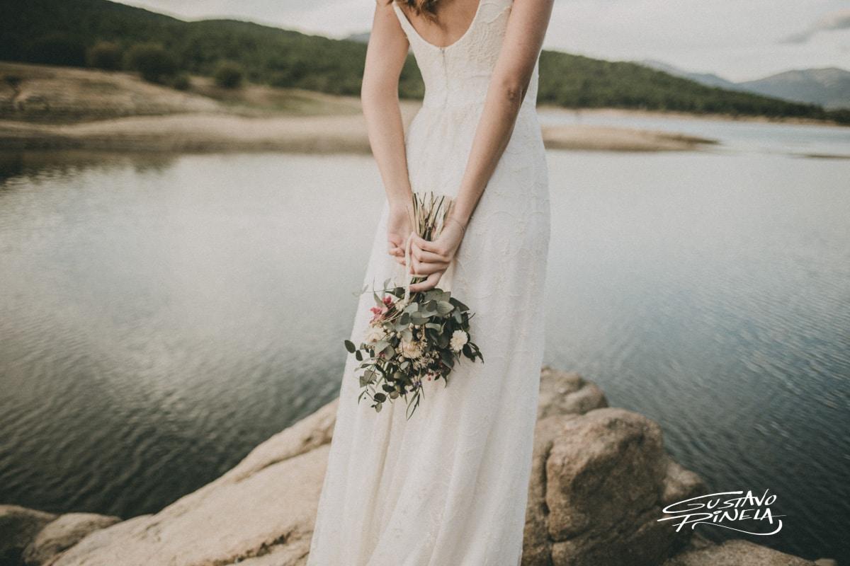 foto novia de espaldas frente a lago