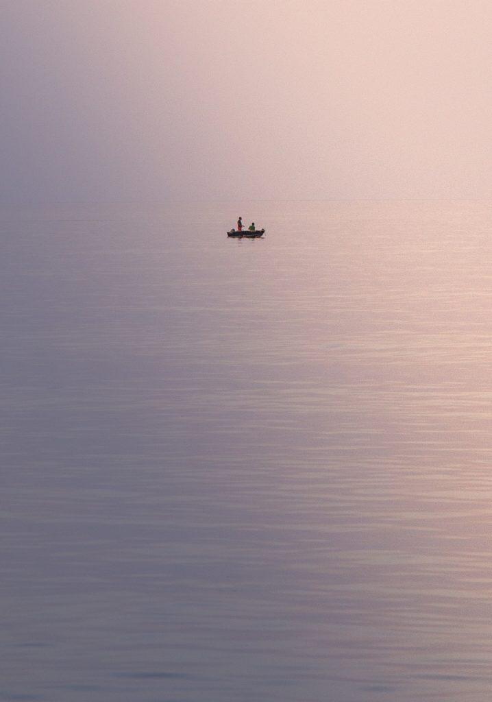 Barca de pesca con luz tenue.