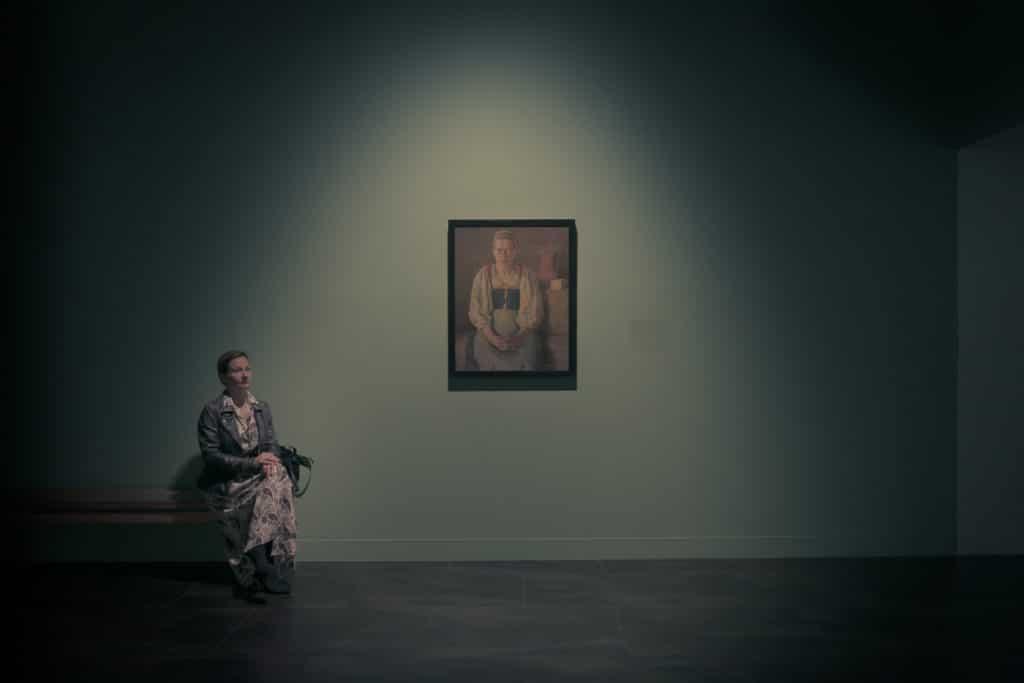 Mujer posando junto a un cuadro en un museo. Autor: Santiago Martínez de Septién.