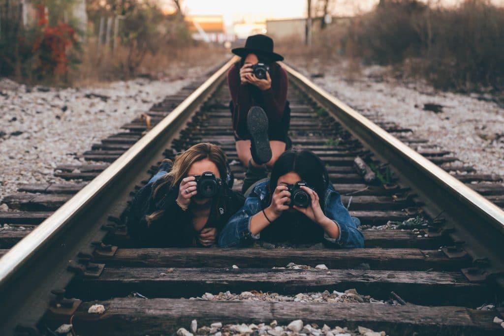 Tres fotógrafas tomando una imagen desde la via del tren.