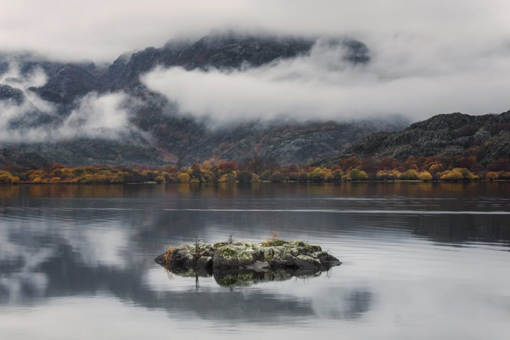 Pequeña isla en lago , paisaje otoñal.