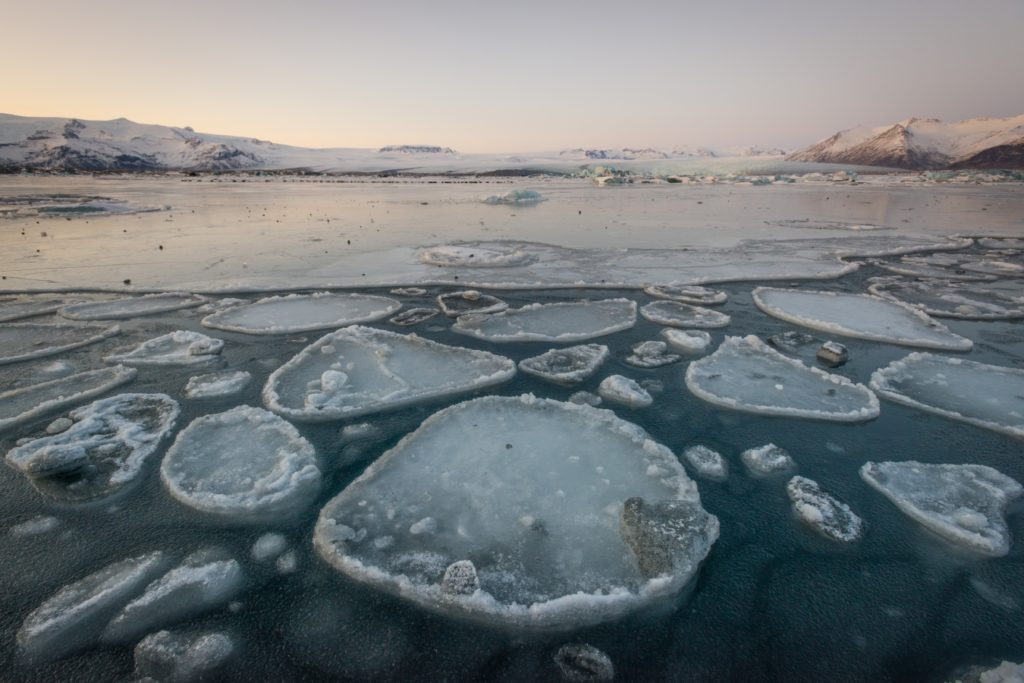Formaciones de hielo sobre agua.