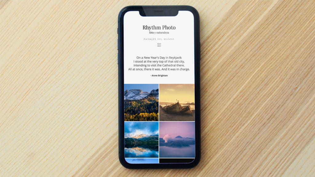 Mockup de un móvil con un diseño web de bluekea.