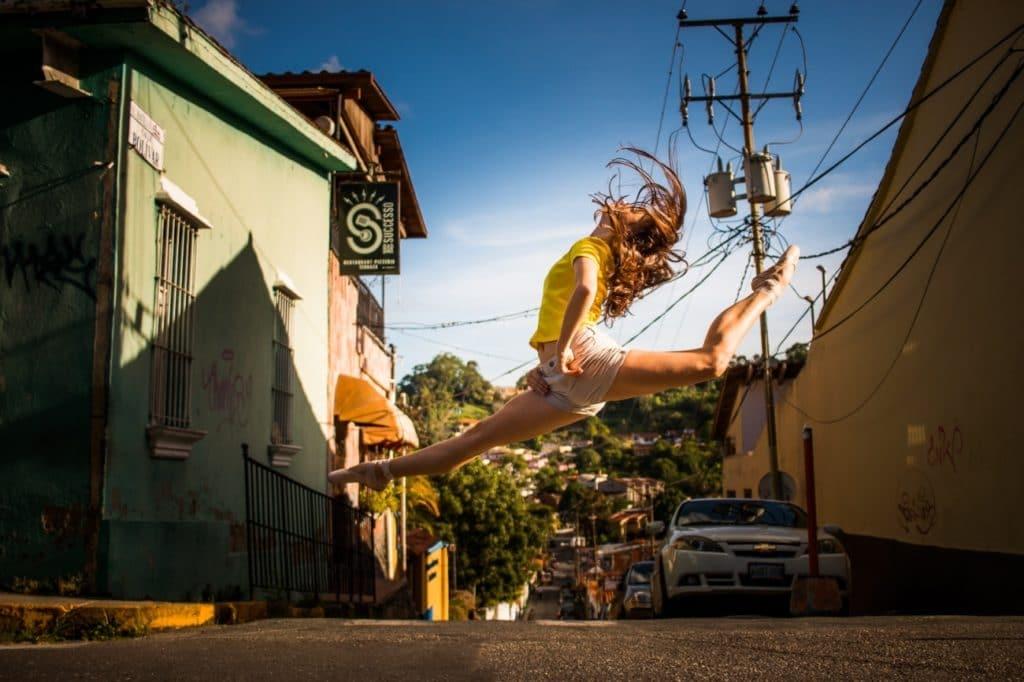 bailarina saltando en una calle de Caracas
