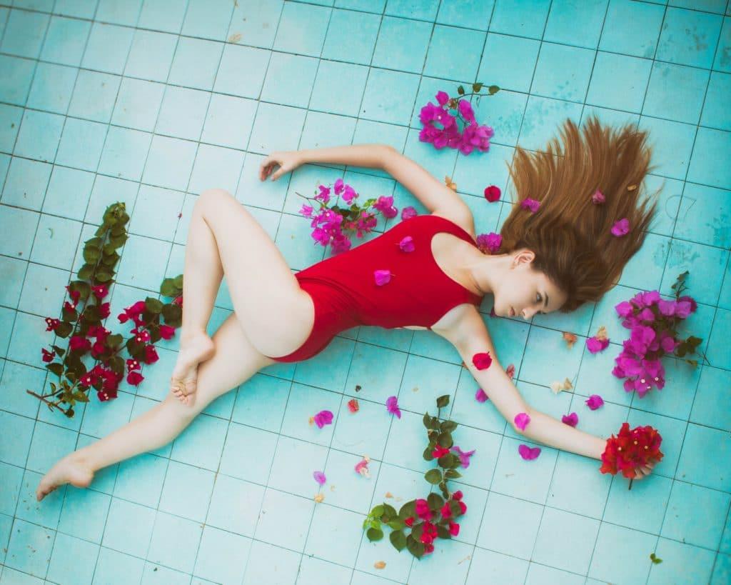 Chica con bañador negro en piscina
